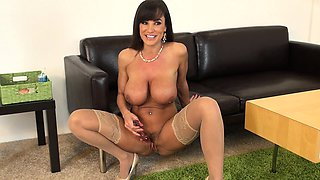 Curvaceous cougar Lisa Ann peels off her stockings and fucks herself