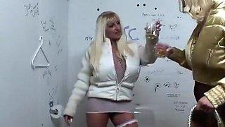 Stomdronken belanden Sintia en haar vriendin op het toilet