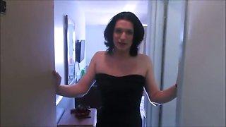 Brunette crossdresser in black stuff was blowing cock in the hotel